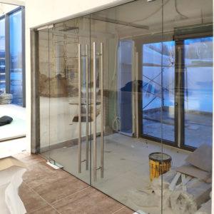 Стеклянные двери из тонированного стекла