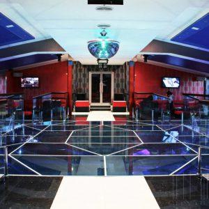 Стеклянный пол в клубе