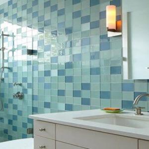 Оформление-стеклянной-плиткой-стен-в-ванной