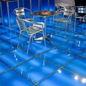 Стеклянный пол в баре